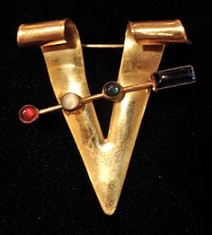 "Sweetheart ""V"" for Victory pin with the Morse Code for 'v' included. Brass Victory Pin with Jeweled Inlays 1940s Fashion, Vintage Fashion, Antique Jewelry, Vintage Jewelry, Vintage Accessories, Patriotic Symbols, Morse Code Bracelet, Letter V, Red White Blue"