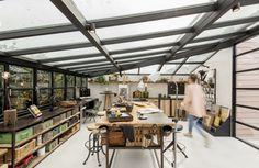 全体ガラス張りの天窓の下の明るく開放的なワークスペース 作業スペース 子供部屋にも