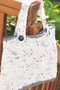Repeat Crafter Me: Plarn Tote Bag- Crochet pattern for making a tote bag out of plastic shopping bags.  Must try this!