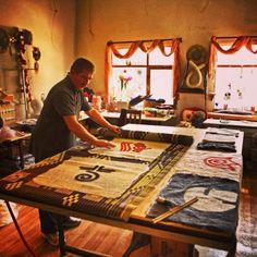 Oguz Koc felting artist working on Mesele handmade felt cushions. Keçe sanatçısı Oğuz Koç elyapımı Mesele Keçe yastıkları üzerinde çalışıyor.
