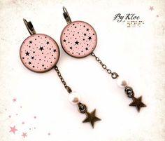Boucles d'oreilles dormeuses Cabochons • Etoiles • magie rose noir verre Cabochons en bronze qui mesurent 1,8cm de diamètre, accompagnés de dômes en verre. Fine chaine et  - 11875391
