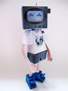 Thomas Magy (a.k.a Imagynation) ne s'arrête plus ! Atteint du virus papertoy, il enchaîne les créations avec une nouvelle contribution par semaine. Après son SmartPhone indécis, on reste dans la personnification hi-tech… A force de regarder la télé, ce personnage…