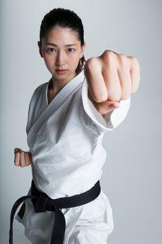 2016年に行われた「第1回ミス美しい20代コンテスト」でグランプリを授賞した是永瞳が、空手道参段を取得。さらに「TOKYO2020オリンピック空手スペシャルアンバサダー」に就任した。 Best Martial Arts, Martial Arts Styles, Martial Arts Techniques, Martial Arts Workout, Martial Arts Women, Boxing Workout, Fighting Poses, Karate Girl, Pose Reference Photo