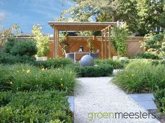 Verschillende lagen in beplanting in combinatie met strakke tegels en grind.   #Modern #Tuinontwerp #Tuin #Modern #Garden Ibiza, Sidewalk, House Styles, Pergola, Decor, Design, Decoration, Side Walkway, Outdoor Pergola