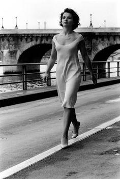 Juliette Binoche au Pont Neuf. 1991 Robert Doisneau-- #biancoenero #BW #bnw #grandifotografi #blackandwhite #thegreatphotographers http://www.blogtematico.it/?lang=en