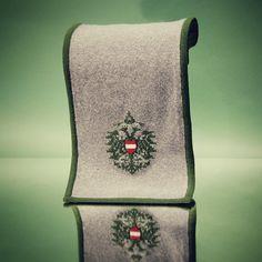 Der SCHAL aus reiner Merinowolle mit eingestricktem Doppeladler und Wappen wärmt ihr Lieben an kalten Wintertagen.  Erhältlich in den Gössl Geschäften in Österreich und Bayern.