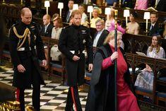 Prinssi Harry asteli kirkon käytävää seuranaan veljensä prinssi William.