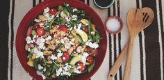 Kolhydrater:20 g per portion (hela receptet: ca 80 g kh) Denna somriga sallad passar perfekt som tillbehör till grillmaten, eller till exempelvis ugnsbakad lax. Fräscha sallader kan varieras med frukt och grönsaker som är i säsong. Du kan till exempel lika gärna använda hallon som jordgubbar i den här salladen, eller byta ut bönorna mot linser. Sommarsallad med fetaost, jordgubbar och nektarin 4 personer ett par nävar blandad sallat 200 g gröna bönor en burk vita bönor (cirka 200 g) 10…
