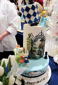 Alice in Wonderland cake. Amazing! Artist unknown.