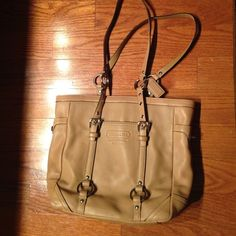 COACH LEATHER LUNCH TOTE HANDBAG (camel color) PURCHASED AT COACH STORE HANDBAG ID# D0820-F11524. INSIDE IS LINED IN TAUPE WITH CAMEL LEATHER ZIPPER TO CLOSE. INSIDE HAS ZIPPER POCKET & TWO OTHER COMPARTMENTS. BOTH SIDES ON OUTSIDE OF HANDBAG HAVE LOCKABLE POCKETS. STORED IN A SMOKE FREE HOME. Coach Bags Totes