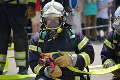 Большинство пожарных включено в состав специальных команд по борьбе с огнем: командир подразделения, пожарный-водитель, несколько пожарных-бойцов. Все пожарные расчеты приписаны к частям МЧС, где и несут круглосуточное дежурство. В спокойное время пожарные совершенствуют собственное профессиональное мастерство и физическую форму, осваивают новые методы борьбы с огнем, осуществляют уход за спецтехникой.