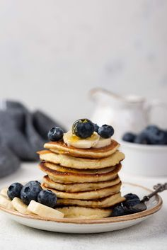 Front view of breakfast pancakes with blueberries and banana slices , Yogurt Pancakes, Breakfast Pancakes, Banana Pancakes, Healthy Cake, Healthy Recipes, Cap Cake, Banana Slice, Menu, Breakfast At Tiffanys