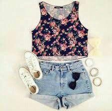 Regata florida, short jeans,tênis branco e acessórios!! Mt lindoo!!