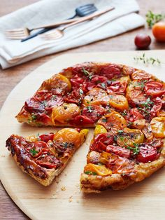 Tomato Recipes A simple yet showstopping recipe for a savory tarte tatin with caramelized cherry tomatoes for lunch or dinner. - This unique take on a French classic is sure to win praise. Tomato Tarte Tatin, Tarte Tartin, Comida Pizza, Fresh Tomato Recipes, Tomato Tart Recipe, Frozen Puff Pastry, Tomato Tart Puff Pastry, Summer Tomato, French Food
