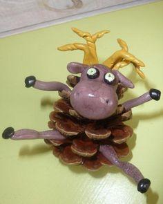 Le caribou pomme de pin Pine Cone Crafts, Pine Cones, Creations, Glands, Christmas Ornaments, Tour, Holiday Decor, Centre, Canada