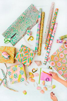 to Step Up Your Holiday Gift Wrapping Game gift wrapping ideas Present Wrapping, Creative Gift Wrapping, Gift Wrapping Paper, Creative Gifts, Wrapping Ideas, Wrapping Papers, Diy Craft Projects, Paper Diamond, Wraps