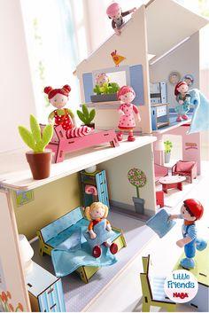 Little Friends – Puppenhaus Villa Sonnenschein - Hereinspaziert in die Villa Sonnenschein … in diesem Puppenhaus lässt es sich wunderbar wohnen. Die Kinder können es für Lilli, Mali und ihre Freunde gemütlich einrichten: Im Wohnzimmer ist Platz für Sessel und ein Sofa, in der Küche kann man prima kochen und essen und im ersten Stock befinden sich ebenfalls zwei Zimmer … vielleicht für ein schönes Bett? (Artikelnummer 302173)