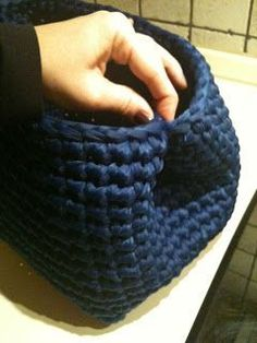 Fabbrica di sogni…: Tutorial Several handbag tuts. Just use Bing translation or whatever you normally use. I'd like to try this nylon webbing yarn. Crochet Tote, Crochet Handbags, Crochet Purses, Crochet Star Stitch, Crochet Stitches, Crochet Patterns, Crochet Bag Tutorials, Diy Crafts Crochet, Yarn Bag