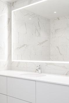 Kohteen Delux-valopeili on suunniteltu juuri kyseiseen kylpyhuoneeseen sopivaksi. Tutustu perusvalikoiman peilikokoihin ja jos sopivaa ei löydy, kysy mittatilauspeiliä! #delux #peili #valopeili #mittatilaus #moderni #kylpyhuone #wc #helatukku