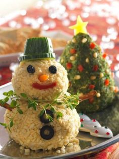 Christmas Party Appetizer Ideas: Christmas Tree and Snowman Cheese Ball Recipes Christmas Tree and Snowman Cheese Balls! I will be bringing these to our next party! Christmas Party Food, Xmas Food, Christmas Appetizers, Appetizers For Party, Christmas Baking, Appetizer Recipes, Appetizer Ideas, Christmas Cheese, Fruit Appetizers