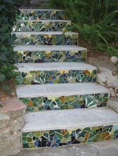 mosaic garden steps- just old tiles used up, I love it. Great way to liven up concrete steps! Outdoor Projects, Garden Projects, Outdoor Decor, Outdoor Spaces, Garden Ideas, Mosaic Art, Mosaic Glass, Stained Glass, Mosaic Rocks