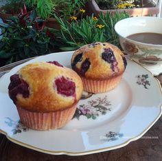 Muffins con lamponi mirtilli e yogurt grecohttp://matrioskadventures.com/2014/08/25/muffins-ai-lamponi-mirtilli-e-yogurt-greco-muffins-cu-zmeura-afine-si-iaurt/
