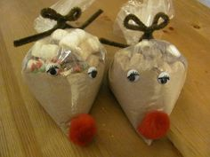Looking for some inexpensive Christmas gifts to give? These reindeer's are super cute and cheap to boot! Fill sandwich bags with hot chocolate, then tiny marshmallows, tiny chocolate chips, and some Christmas sprinkles. Tie a bow with a brown pipe-cleaner. Add stick on eyes and a red pom pom! Great idea ..