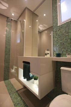 Uma ótima dica da arquiteta Pricila Dalzochio é fazer um rasgo na saia da bancada do banheiro para servir como porta-toalha. Projeto e fotografia da arquiteta Pricila Dalzochio.