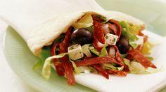 Pitabrød med salami og marinert fetaost - Rask - Oppskrifter - MatPrat