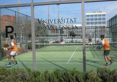Foto d'arxiu d'una partida de pàdel a les instal·lacions de la Universitat. Valencia, Esports, Tennis, Soccer, Parts Of The Mass, Pictures, Futbol, European Football, European Soccer