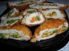 Hozzávalók: 8 szelet csirkemell 20 dkg finomfőzelék alap 15 dkg reszelt sajt 10 dkg puha vaj 3 tojás zsemlemorzsa liszt só bors olaj a sütéshez Elkészítése