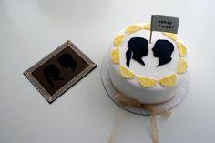 新郎・新婦のシルエットがほどこされたウェディングケーキ。クラシックな雰囲気に仕上がっていて、大人のウェディングにぴったりです♪