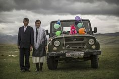Foto des Tages: Just Married - National Geographic - Kasachische Hochzeitsfeier Bild, Mongolei National Geographic Photo Contest, National Geographic Photography, London Docklands, Altai Mountains, Celebration Images, London Museums, Summer Photos, Travel Photographer, Just Married