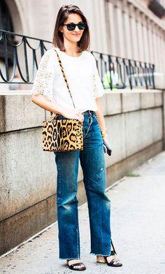 Street style look com blusa rendada, bolsa animal print e calça jeans.