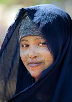 Africa | Somali beauty in Hargeisa, Woqooyi Galbeed. Somali women use qasil which comes from a tree as a protection from the sun. | © Eric Lafforgue