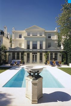 SHH London Architects and Interior Designers are the architects behind this (second time) reform and overhaul of this very elegant mansion situated in the north of London and which dates back to1960 Its Classical style built over four levels and with an overall surface of 8500sq feet was no teething problem for this very experienced team.