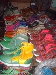 Botitas/ Zapatillas de cuero e interior de corderito en colores varios.