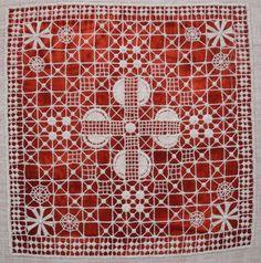 Крестецкая вышивка относится к разновидности белых строчевых швов. Вышивается чаще всего белыми нитками по белому полотну, а точнее по продернутой на нем сетке. Название техники происходит, как и у многих русских промыслов, от названия местности, в которой берет оно свое начало.