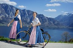Dirndl im Salzburger Blau mit weiß-roten Schürzen. Tostmann