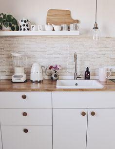 Neue Arbeitsplatte aus Massivholz für die Küche im skandinavischen Stil. Küche neu gestaltung. Ideen für die Küche. Küche einrichten und dekorieren. Wohideen. #küche #kitchen #küchenideen #interior #interior4inspo #interiordesign #küchendesign #küchenarbeitsplatte #kitcheninterior #kitchendesig #interiorismo #interiordecorating
