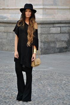 Milan Mode-Create long lines in your look in an oversized t-shirt and striking flared pants. - Bohemian, Boho Chic And Hippie Fashion Mode Hippie, Mode Boho, Hippie Style, Urban Hippie, Boho Outfits, Winter Outfits, Summer Outfits, Looks Style, Style Me