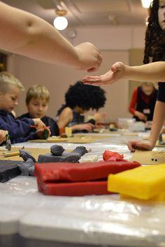 Punaista, keltaista, mustaa. Muovailuvaha tekee kauppansa taidepajassa. Luuppi, Oulu (Finland)