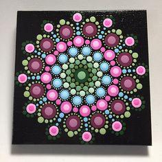 Hand geschilderd met acryl in groene, blauwe, roze en Berry. Gespoten met een hoogglans aflak te beschermen van de kleuren. Canvasgrootte is 4 X 4.