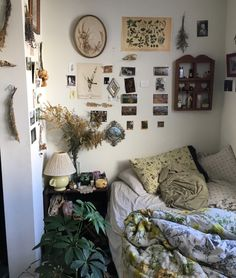 """blacberries: """" cleaned my room up a little bc people have been asking for pics ! Cleaning My Room, Room Inspiration, Gallery Wall, Indie, Bedrooms, Room Ideas, Interiors, Home Decor, Decoration Home"""