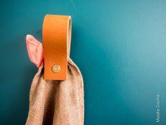 Magneet lus Dat is nog eens leuk én makkelijk de handdoeken en theedoeken ophangen! Voor slechts €17.95 te bij Handles & More Zodra de handdoek/theedoek er tussen hangt klemt de magneet de handdoek vast. De magneet lussen kunnen uiteraard ook gebruikt worden om er een poster of iets anders leuks tussen te klemmen.