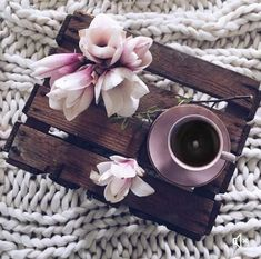 Image about flowers in coffee lover by lama on We Heart It Coffee And Books, I Love Coffee, Coffee Break, My Coffee, Morning Coffee, Morning Morning, Flat Lay Photography, Coffee Photography, Bouquet Cadeau