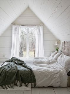 swooning over this cozy little bedroom