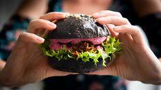 Určitě jste si všimli trendu černých burgerů. Jak ale na to, aby se barva nepodepsala na chuti abulky byly naprosto bez chemie? Vyzkoušela jsem za vás dva způsoby přírodního barvení amusím říct, že dopadly na jedničku! Máslové houstičky se přímo rozpouštějí na jazyku, akdyž je obarvíte aktivním uhlím, ještě se můžete uklidňovat, že vlastně čistíte organismus. Cake, Desserts, Pie, Postres, Mudpie, Deserts, Cakes, Torte, Dessert