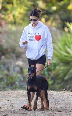 Kendall Jenner Outfits, Hot Yoga, Celebs, Celebrities, Kardashian, Going Out, Celebrity Style, Dads, Graphic Sweatshirt