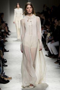 Les robes romantiques blanches du défilé Philosophhy Lorenzo Serafini